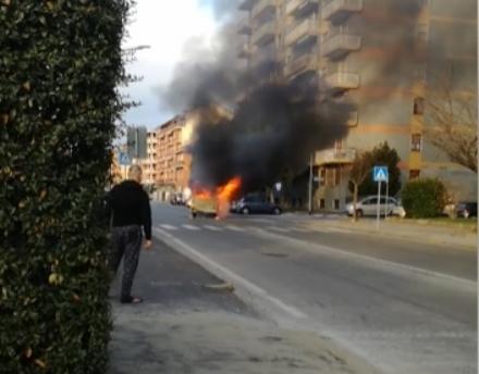 ORBASSANO - Rubano un furgoncino dei figli dei fiori ma prende fuoco poco dopo