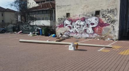MONCALIERI - Degrado e rifiuti nel parcheggio di via Peschiera