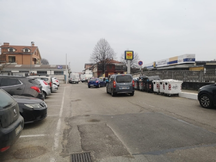 NICHELINO - Litigano per un parcheggio e si pestano sulla via