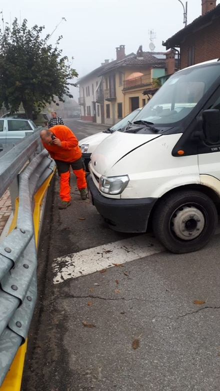 VIRLE - Perde il controllo del furgone e sbatte sul guard rail a protezione dei bambini