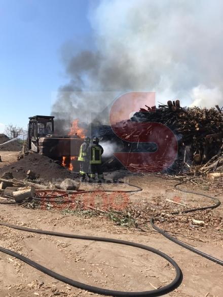 VINOVO - A fuoco un escavatore in un cantiere: probabile corto circuito