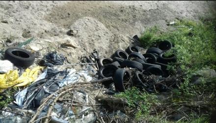 BEINASCO - La polizia municipale trova decine di gomme e cerchioni abbandonati