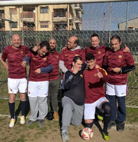 CARMAGNOLA - La Roma dona le maglie di calcio ufficiali ai ragazzi autistici del Salsasio