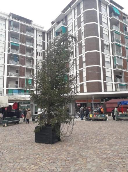 BEINASCO - Vandali colpiscono lalbero di Natale di Fornaci