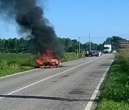 PIOBESI - Auto a fuoco mentre viaggia sulla provinciale al confine con Vinovo