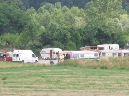 BEINASCO - Allacciamenti abusivi e persino un box doccia irregolare al campo nomadi