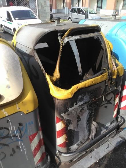 NICHELINO - Tornano i vandali che danno fuoco ai cassonetti dei rifiuti