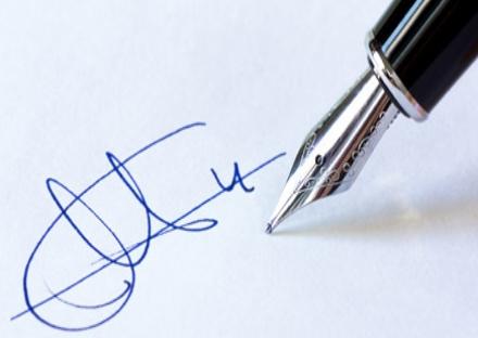 MONCALIERI - Avvocato furbetto falsifica la firma della cliente: denunciato