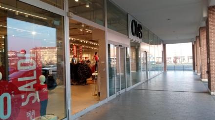 RIVALTA - Spaccata nella notte allOvs del centro commerciale di Pasta