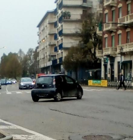 MONCALIERI - Semafori rossi e contromano: infrazioni continue allincrocio di Borgo Navile
