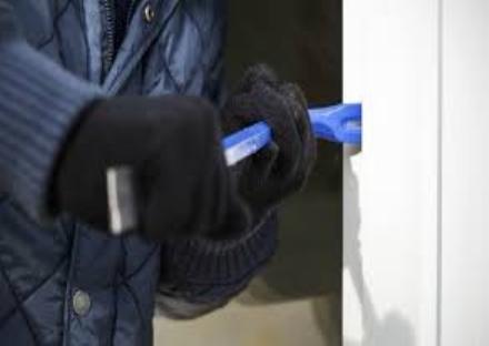 LA LOGGIA - Ladri dappartamento in azione: fuggono con i cassetti dei comodini interi