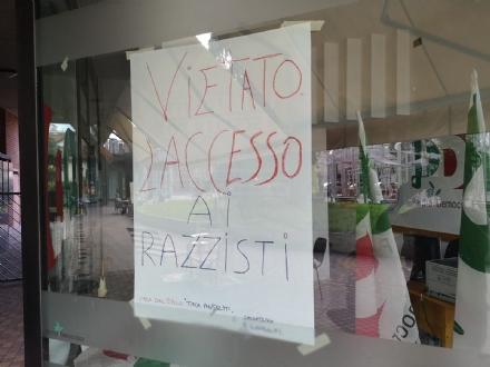 NICHELINO - Polemiche per il cartellone anti razzista nella sede del Pd