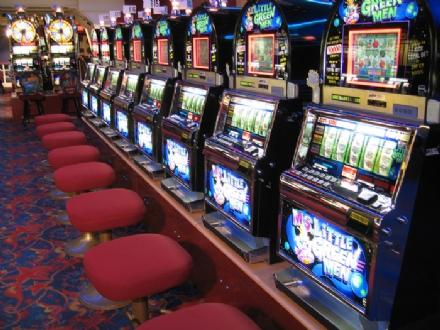 MONCALIERI - Sfascia una slot machine con lestintore e scappa