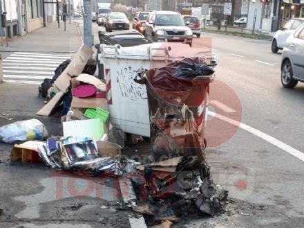 NICHELINO - Vandali danno fuoco ai cassonetti di via XXV Aprile