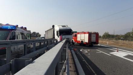CANDIOLO - Grave incidente sullautostrada Torino-Pinerolo, camionista in condizioni critiche - LE FOTO -