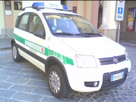MONCALIERI - Pregiudicato guida con braccio e gamba ingessati. Bloccato dalla polizia municipale