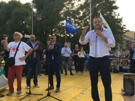 ORBASSANO - Salvini dal palco di piazza Della Pace: non mettiamo il dito tra moglie e marito