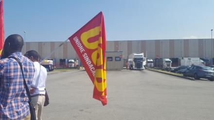 ORBASSANO - I sindacati bloccano i camion della Tark: «Ritirate i licenziamenti».