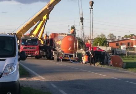 CARIGNANO - Incidente stradale: cisterna del latte si ribalta fuori strada