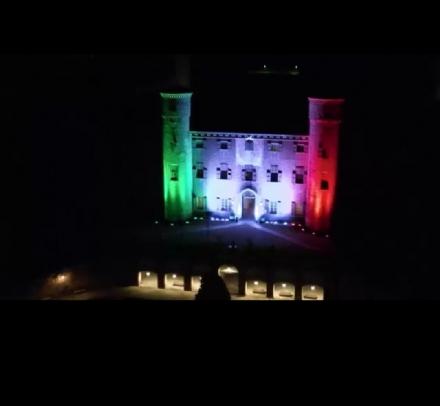 MONCALIERI - Il castello reale illuminato con il tricolore per rendere omaggio agli eroi anti covid