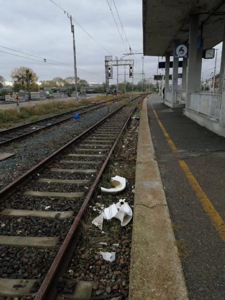 MONCALIERI - Tavoli, lavabi e pentole gettati tra i binari della ferrovia - TorinoSud
