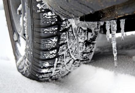 CINTURA - Da oggi lobbligo di montare le gomme da neve sulle auto