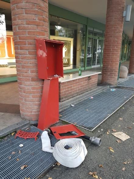 CARMAGNOLA - Vandali in viale Garibaldi: sfasciata una pompa antincendio