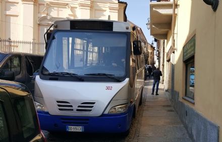 MONCALIERI - Traffico in tilt in via Santa Croce: unauto in divieto blocca anche lautobus