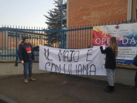 MONCALIERI - Appeso un nuovo striscione al Majorana per Liliana Segre