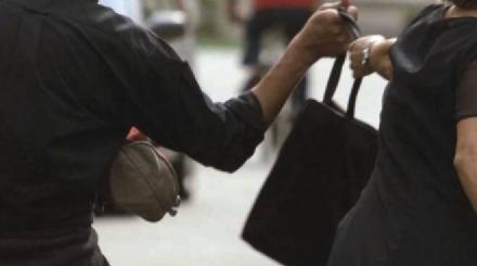 RIVALTA - Scippata della borsa da malviventi in moto: come accadeva negli anni 90