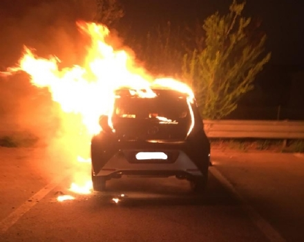 MONCALIERI - Auto in sosta va fuoco nel parcheggio del 45° Nord