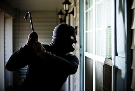 MONCALIERI - Arrivano i ladri, si chiude in cantina e urla: loro scappano