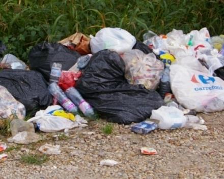 """PIOSSASCO - Arrivano le """"fototrappole"""" per pizzicare chi abbandona i rifiuti"""