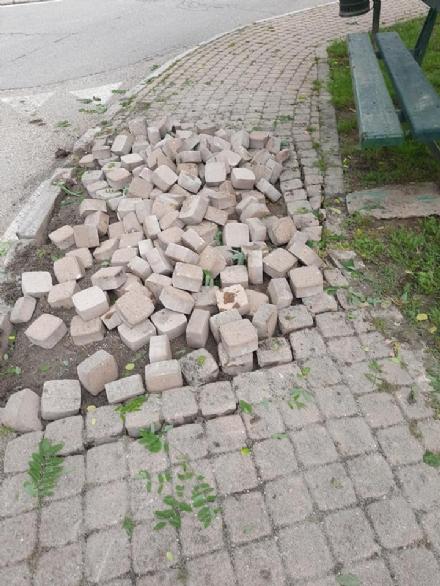 TROFARELLO - Il camion si incastra nella rotonda e sfascia il marciapiede