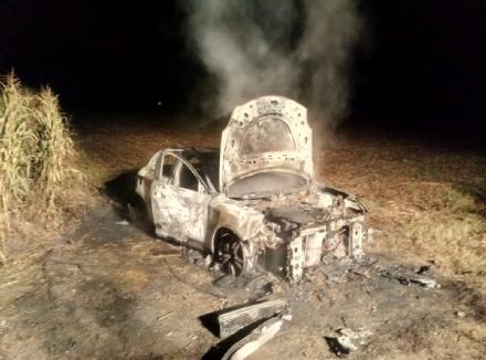CARMAGNOLA - Auto rubata spolpata e data alle fiamme in via Carignano