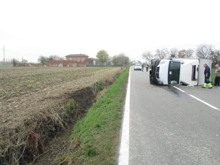 ORBASSANO - Camioncino si ribalta sulla sp 142: conducente ferito