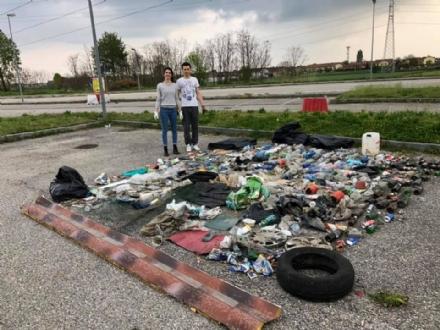 MONCALIERI - Il grande esempio di Matteo ed Elisabetta: armati di guanti a ripulire il prato zeppo di spazzatura