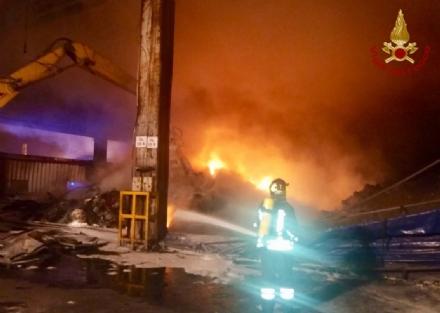 ORBASSANO - Un altro incendio nellazienda che tratta rifiuti: vigili del fuoco al lavoro tutta la notte