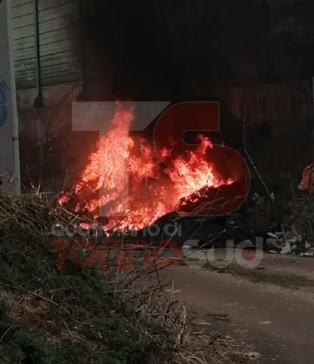 NICHELINO - Incendio di rifiuti sotto il cavalcavia della tangenziale: il fumo invade la strada