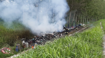 MONCALIERI - Unaltra discarica abusiva a fuoco lungo zona Freylia Mezzi