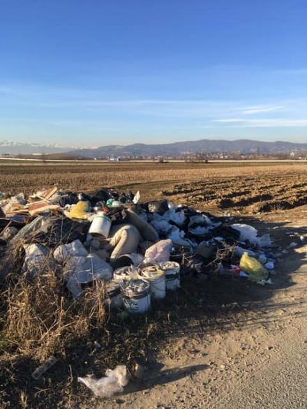TROFARELLO - Maxi abbandono di rifiuti in strada Restauduzzo