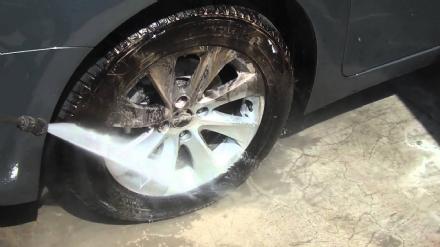 MONCALIERI - Stava lavando i cerchi delle gomme estive allautolavaggio: denunciato