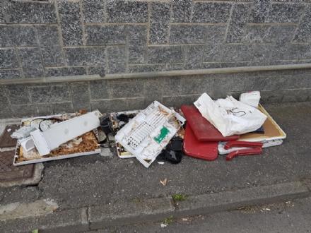 CARMAGNOLA - Rifiuti abbandonati in città, continua la maleducazione