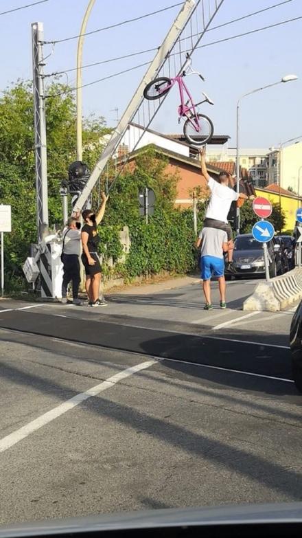 NICHELINO - La bici resta incastrata nelle sbarre del passaggio a livello e finisce per aria