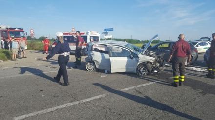 CARMAGNOLA - Ancora un terribile schianto sulla provinciale 393: tre feriti e traffico in tilt