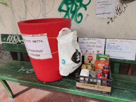 TROFARELLO - Cibo gratis nel contenitore sulla panchina: Chi può metta. Chi non non può, prenda