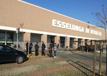 RIVALTA - Cerca di uscire dallEsselunga con il carrello pieno di parmigiano: bloccato dai vigilantes