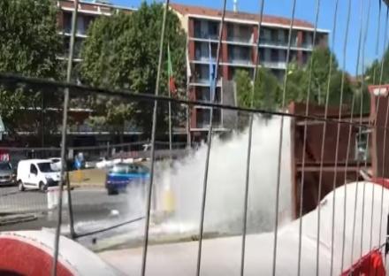 MONCALIERI - Salta il tubo dellacquedotto in via Cavour: in centinaia senzacqua
