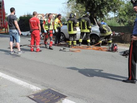 PIOSSASCO - Esce di strada e va a sbattere contro un albero: 26enne in prognosi riservata