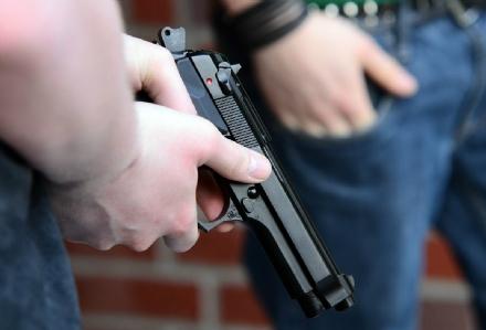 TROFARELLO - Rapina in pieno giorno al Simply: malvivente minaccia la cassiera con una pistola